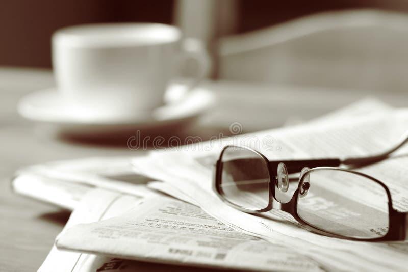 Krant en Koffie stock afbeeldingen