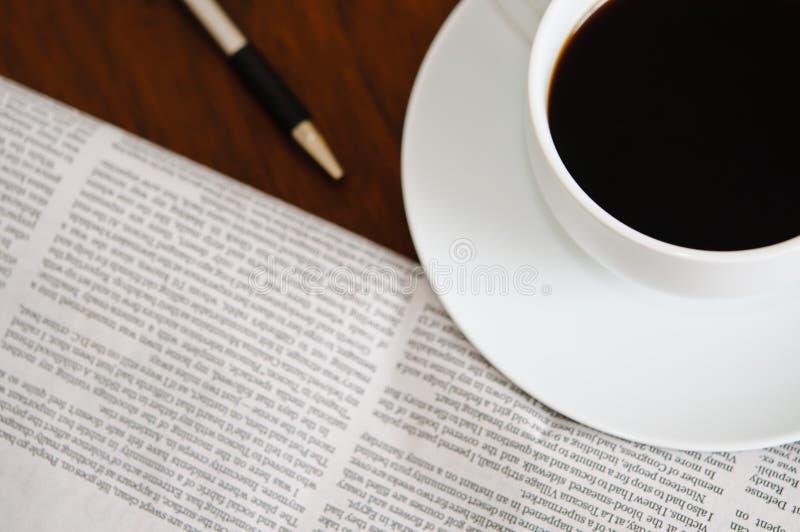 Krant en Koffie 3 stock afbeelding