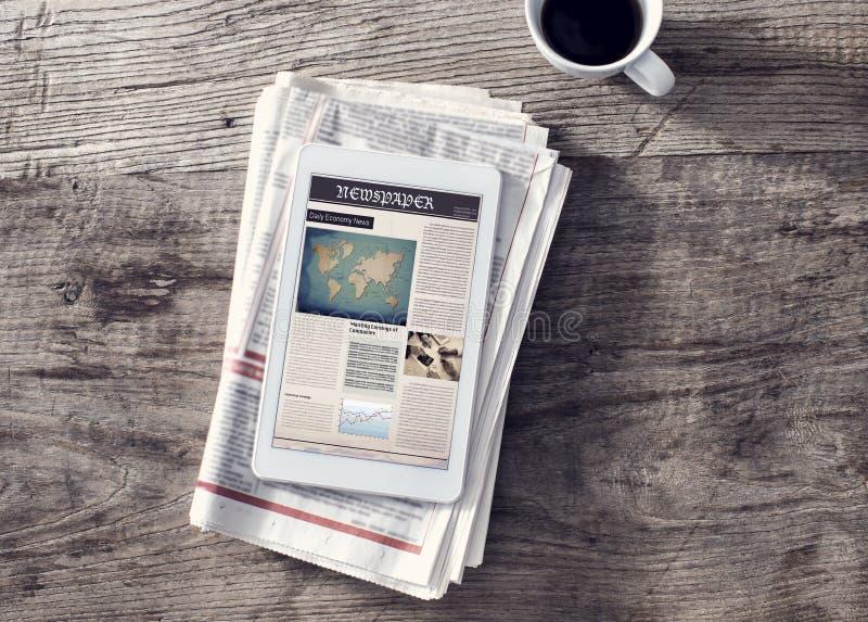 Krant met digitale tablet op houten lijst royalty-vrije stock foto
