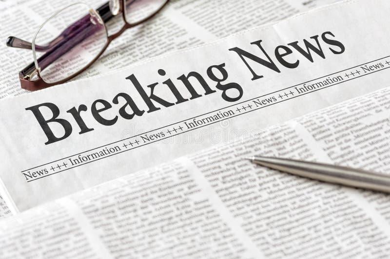 Krant met het krantekop Brekende Nieuws royalty-vrije stock afbeelding