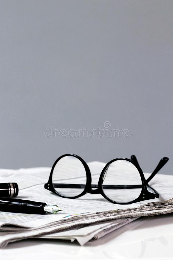 Krantenonderbreking met Pen en Glazen stock afbeelding