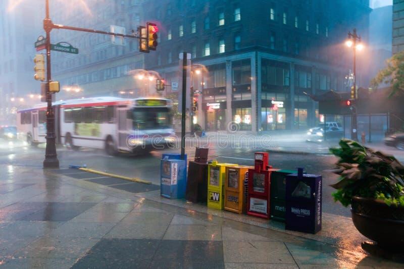 Krantentribunes tijdens regenonweer in Philadelphia van de binnenstad, Pennsylvania royalty-vrije stock foto's