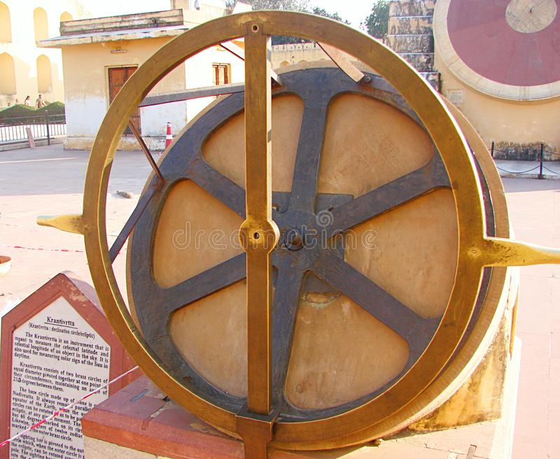 Krantivritta - ett astronomiskt instrument på den forntida observatoriet, Jantar Mantar, Jaipur, Rajasthan, Indien arkivfoton