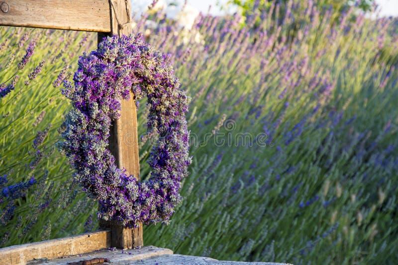 Kranz des Lavendels auf einer Holzbank stockbilder
