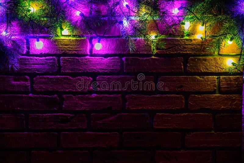 Kranz und Girlanden von farbigen Glühlampen Weihnachtshintergrund mit Lichtern und Raum des freien Texts Weihnachtslichtgrenze lizenzfreies stockfoto