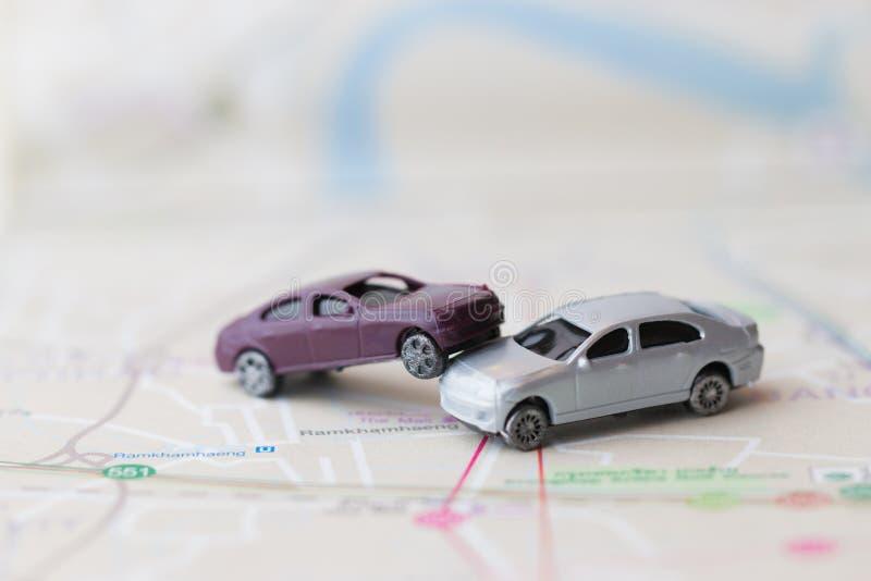 Krasch f?r olycka f?r tv? miniatyrbilar p? v?gen, f?rs?kringfall och den auto bilen f?r brutna leksaker p? p? bakgrund f?r Bangko arkivfoto