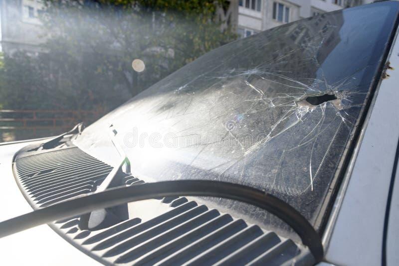 Krascha, när du kolliderar vindrutan av en bil arkivbilder