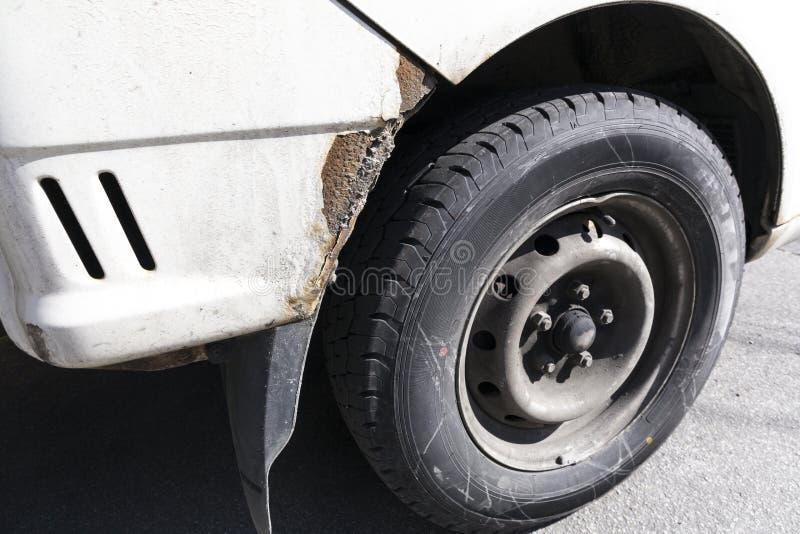 Kraschad främre sida för bil och rikligt gummihjul royaltyfria foton