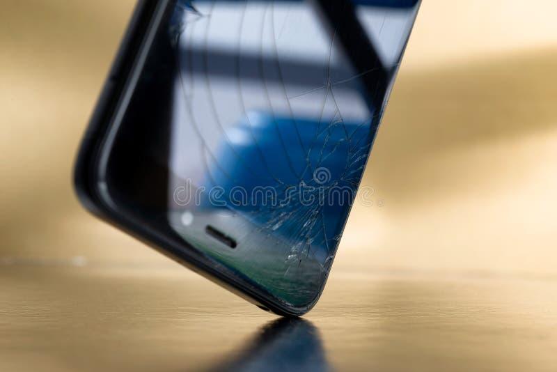 Kraschad smartphone eller telefon med bruten glass skärm för LCD arkivbild