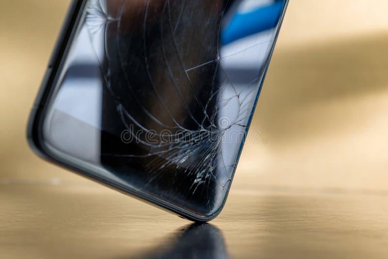 Kraschad smartphone eller telefon med bruten glass skärm för LCD arkivbilder