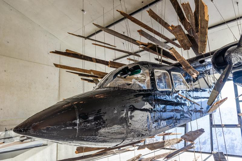 Kraschat flygplan från James Bond filmspökbild royaltyfri foto