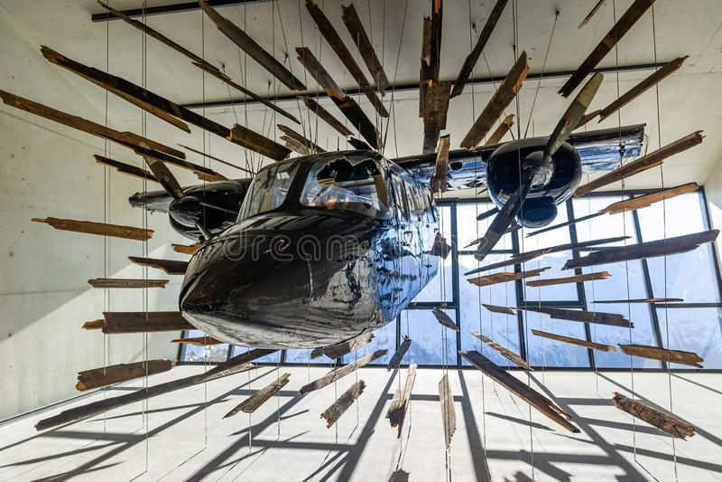 Kraschat flygplan från James Bond filmspökbild royaltyfria bilder