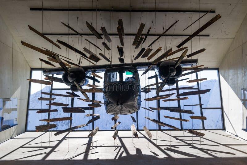 Kraschat flygplan från James Bond filmspökbild arkivfoton