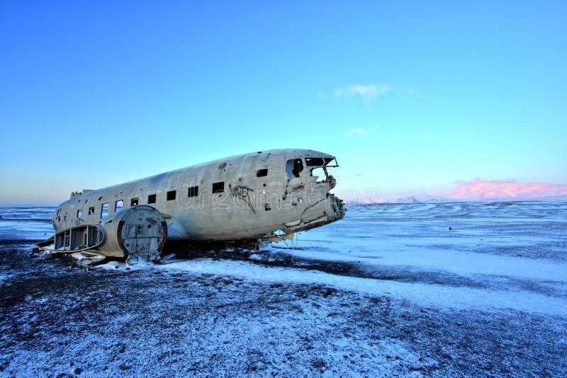 Kraschat flygplan på den svarta sandstranden, Island royaltyfria foton