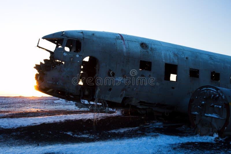 Kraschat flygplan på den svarta sandstranden, Island royaltyfria bilder