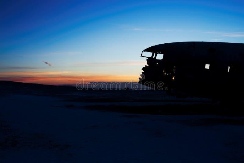 Kraschat flygplan på den svarta sandstranden, Island royaltyfri bild