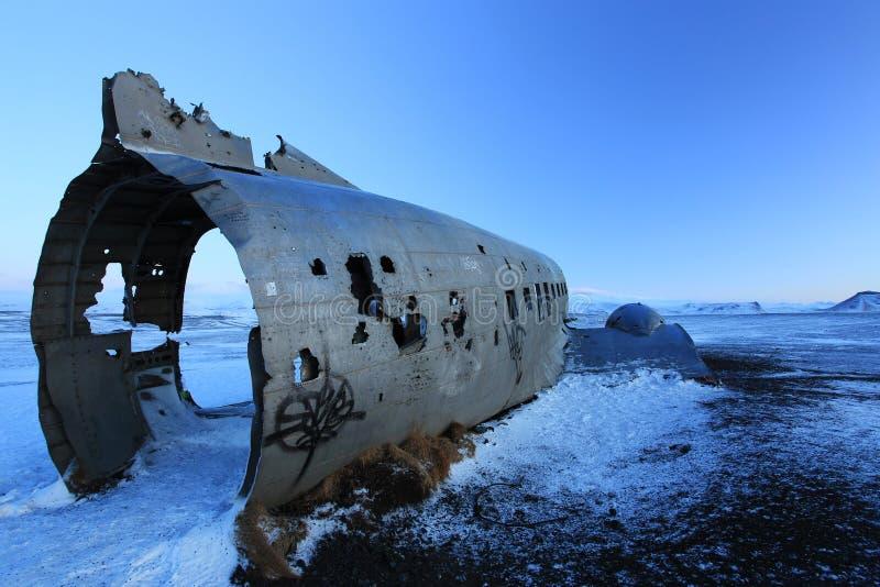 Kraschat flygplan på den svarta sandstranden, Island arkivfoton