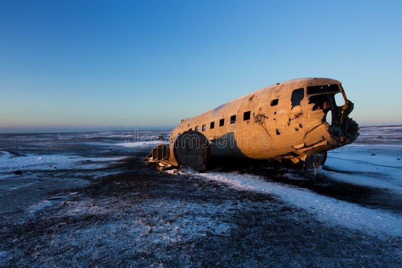 Kraschat flygplan på den svarta sandstranden, Island arkivbild