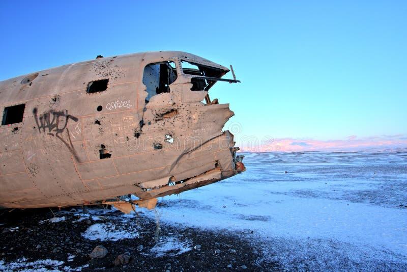 Kraschat flygplan på den svarta sandstranden, Island fotografering för bildbyråer