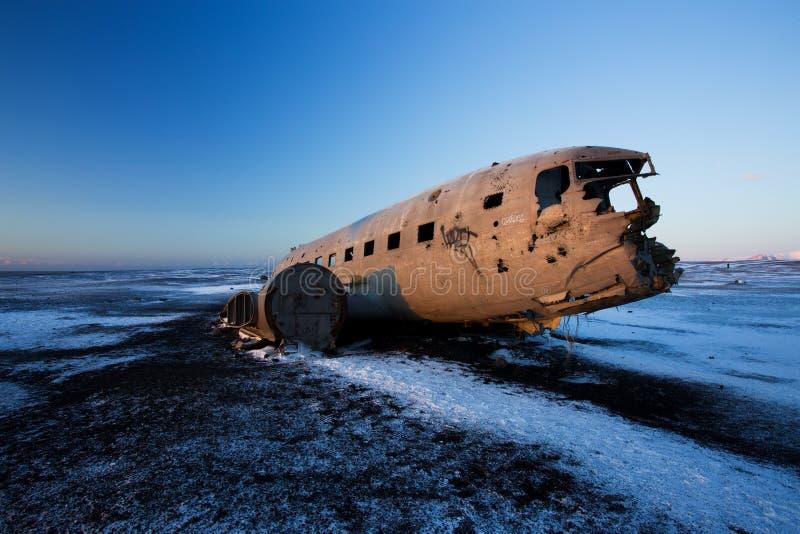 Kraschat flygplan på den svarta sandstranden, Island royaltyfri fotografi