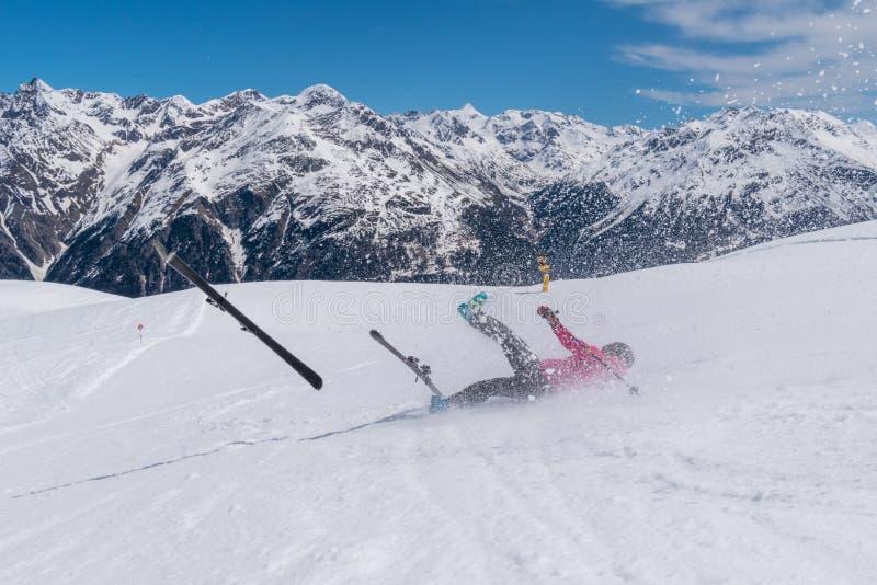 Kraschen för kvinnaskidåkareolyckan på skidar lutningen med skidar flyget, Solden, Österrike arkivfoton