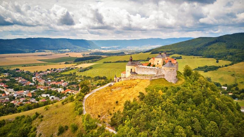Krasna Horka城堡鸟瞰图在夏天 免版税库存照片