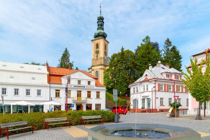 KRASNA LIPA, TSCHECHISCHE REPUBLIK - 31. AUGUST 2018: Krinicke-Quadrat mit Brauerei und Kirche Falkenstejn in der Kleinstadt von lizenzfreie stockbilder