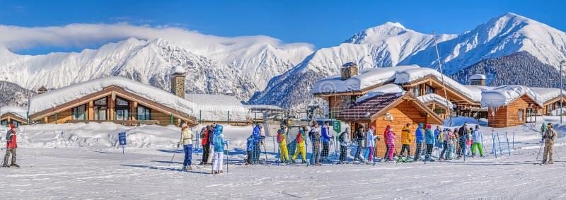 KRASNAYA POLYANA, SOCHI, RUSSLAND - 31. JANUAR 2016: Eine Linie von Skifahrern und Snowboarder auf dem Schleppseil heben an Skior stockbild