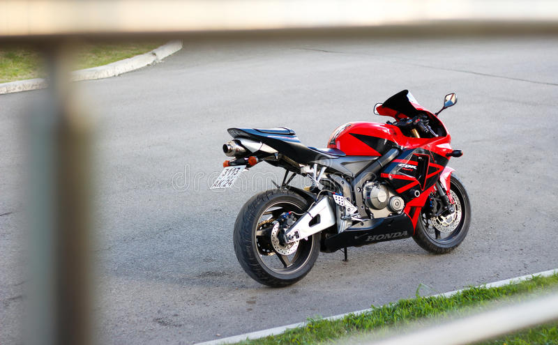 KRASNOÏARSK, RUSSIE - 27 MAI 2017 : Sportbike rouge et noir Hond photos libres de droits
