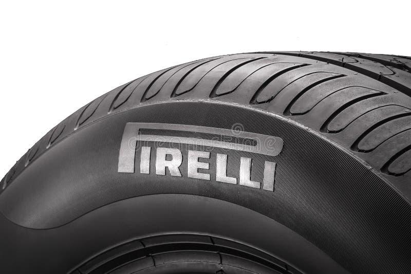 Krasnoïarsk, Russie, 2019, 24 peut : Logo de Pirelli du côté du nouveau pneu d'été Isolat, plan rapproché, fond blanc photo stock