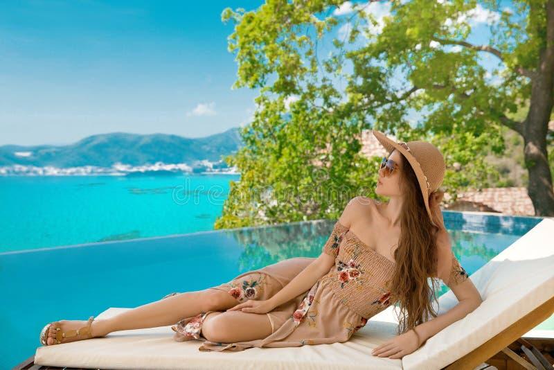 krasnodar διακοπές θερινών εδαφών katya Όμορφη γυναίκα στο καπέλο παραλιών που απολαμβάνει τη θέα θάλασσας στοκ φωτογραφίες με δικαίωμα ελεύθερης χρήσης