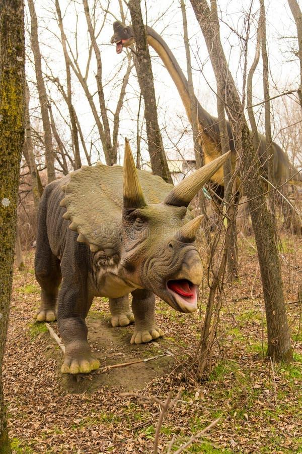 Krasnodar, Federación Rusa 5 de enero de 2018: Modelo del dinosaurio en Safari Park de la ciudad de Krasnodar imagen de archivo