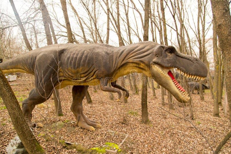 Krasnodar, Federación Rusa 5 de enero de 2018: Modelo del dinosaurio en Safari Park de la ciudad de Krasnodar imagen de archivo libre de regalías