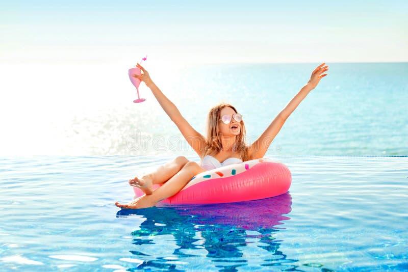 Krasnodar Gegend, Katya Frau im Bikini auf der aufblasbaren Donutmatratze im BADEKURORT-Swimmingpool lizenzfreies stockbild