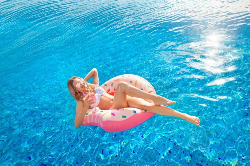 Krasnodar Gegend, Katya Frau im Bikini auf der aufblasbaren Donutmatratze im BADEKURORT-Swimmingpool lizenzfreie stockfotografie