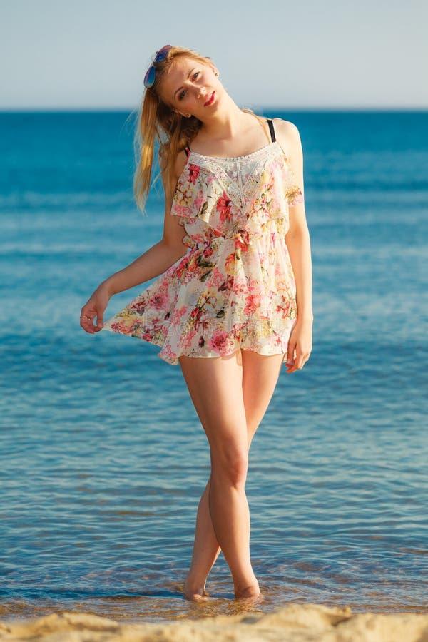 Krasnodar Gegend, Katya Mädchen, das allein auf den Strand geht lizenzfreie stockfotografie