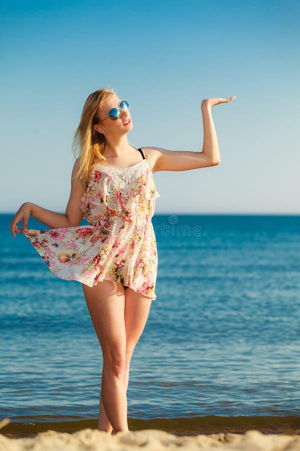 Krasnodar Gegend, Katya Mädchen, das Kopienraum auf Strand zeigt lizenzfreies stockbild