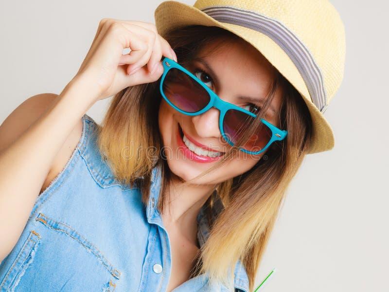 Krasnodar Gegend, Katya Mädchen in der Sonnenbrille und im Strohhut stockfotografie