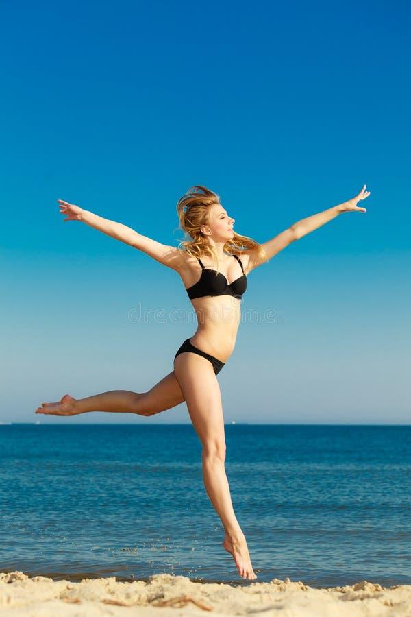 Krasnodar Gegend, Katya Mädchen im Bikini, der auf Strand läuft stockfotos