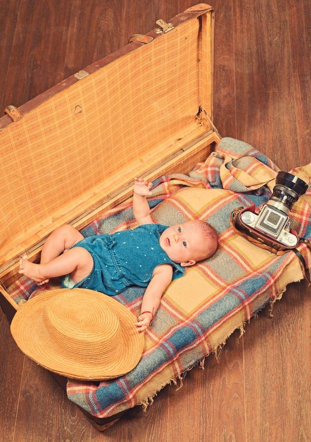 Περιμένουμε σας Ευτυχία παιδικής ηλικίας Γλυκό δημοσιογράφων φωτογραφιών λίγο μωρό Νέες ζωή και γέννηση r r στοκ εικόνες