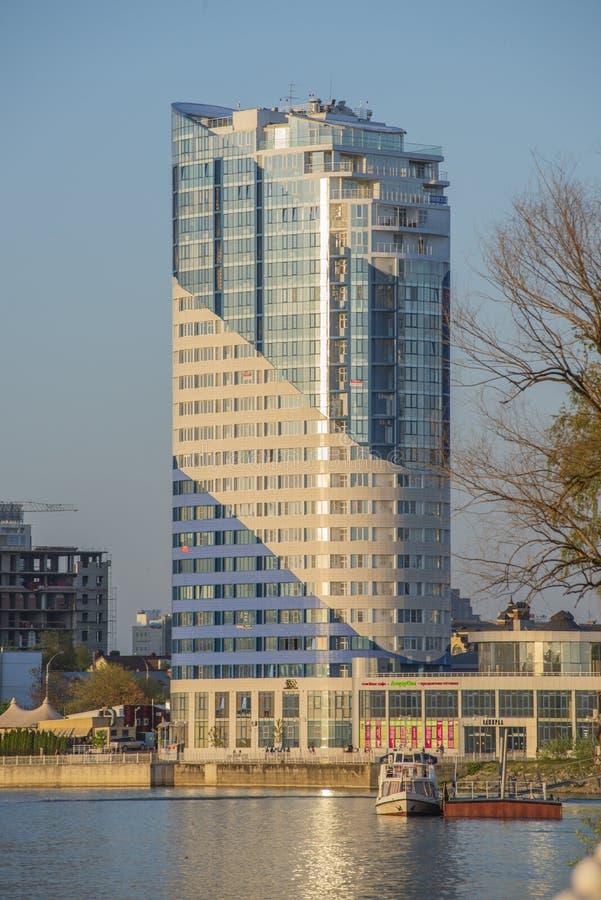 Krasnodar, Może 5,2019: Budynek biurowy na nabrzeżu Kuban zdjęcie royalty free