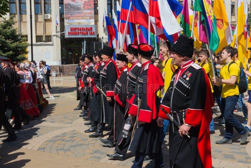 Krasnodar, Rússia - 1º de maio de 2017: Os cossacos participam no maio d fotos de stock