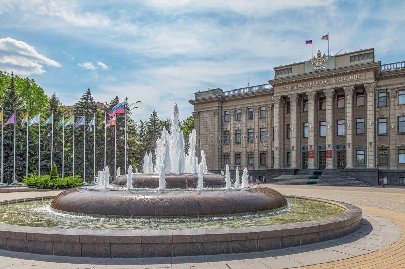 KRASNODAR, RÚSSIA - 3 DE MAIO DE 2017: A construção da assembleia legislativa fotos de stock royalty free