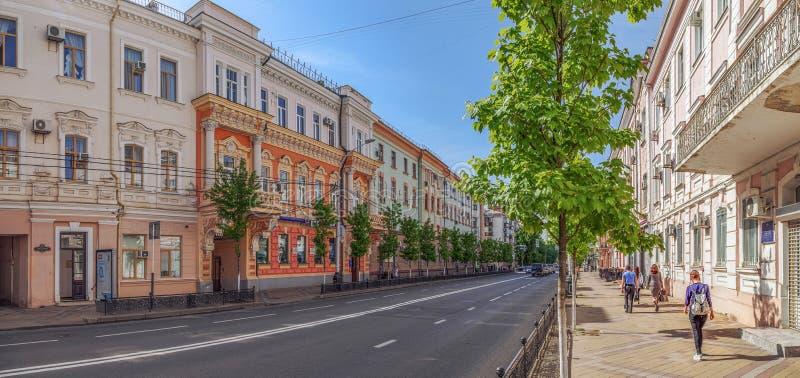 KRASNODAR, RÚSSIA - 3 DE MAIO DE 2017: O passeio na rua de Krasnaya imagens de stock