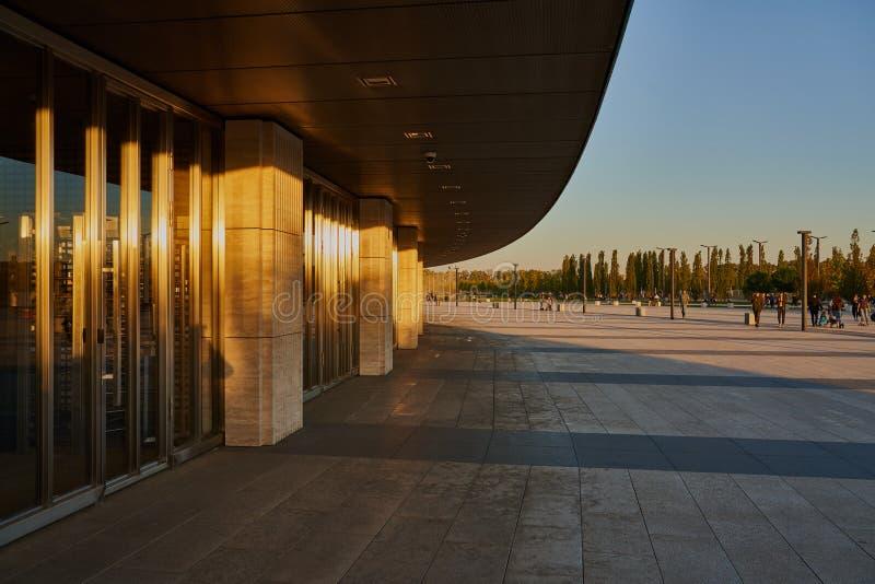 Krasnodar, Rússia - 7 de outubro de 2018: A entrada da construção nova do estádio de Krasnodar no por do sol com sombras longas e fotos de stock