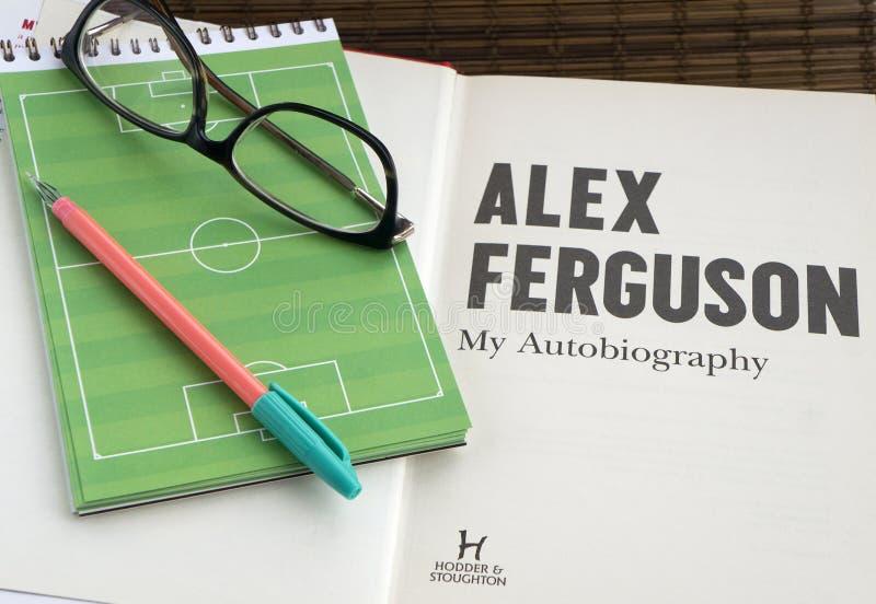 Krasnodar, Rússia, o 14 de setembro de 2018: Livro da autobiografia da leitura por Alex Ferguson, um treinador de futebol Vidros imagem de stock