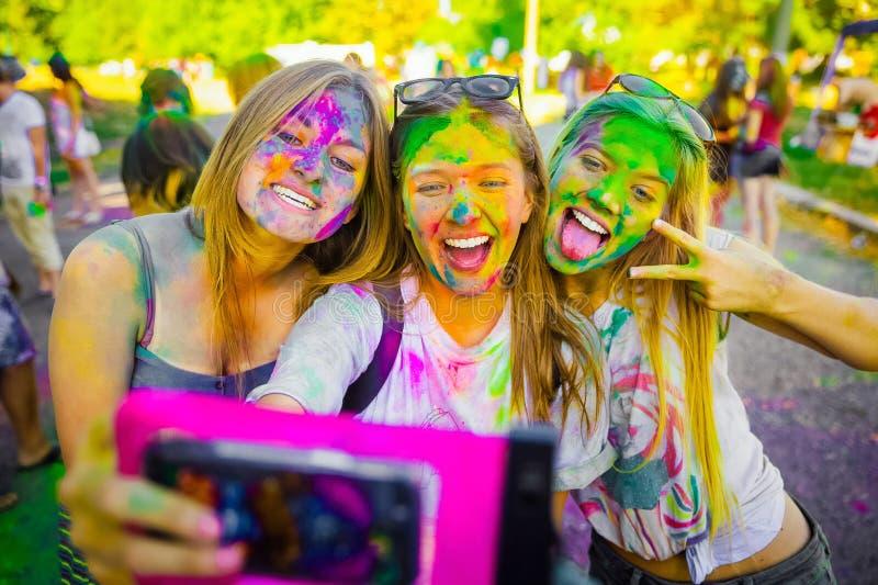 KRASNODAR KRASNODAR-REGION, RYSSLAND 04 05 2018:: En grupp av unga flickor på den Holi festivalen av färger i Ryssland arkivfoto