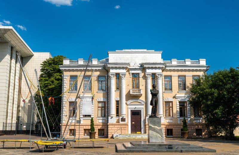 Krasnodar regionalt vetenskapligt arkiv och staty av Alexander Pushkin Ryssland arkivbild