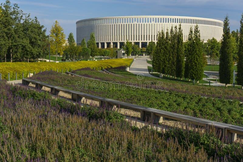 Krasnodar, Rosja - 1 października 2019: Drzewa zielone parkowe przed stadionem FC Krasnodar 10 października 2019 obrazy stock