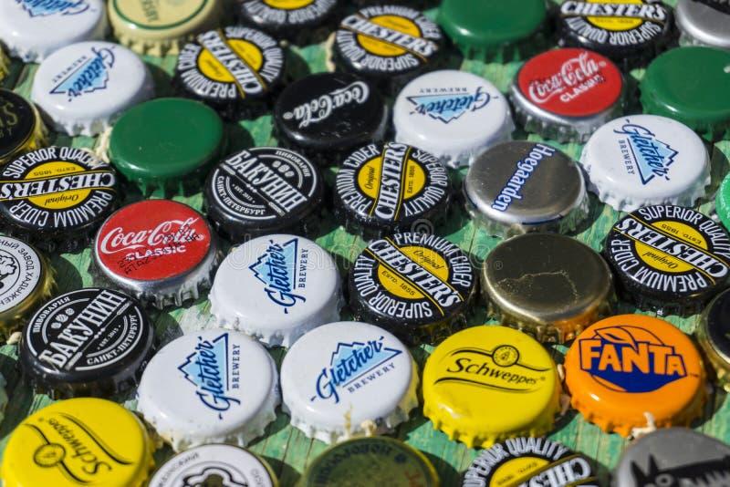 Krasnodar, Rusia - 29 de abril de 2018: Casquillos de la botella de cerveza, una mezcla de marcas globales: ` S, Gletcher, Coca-C fotografía de archivo libre de regalías
